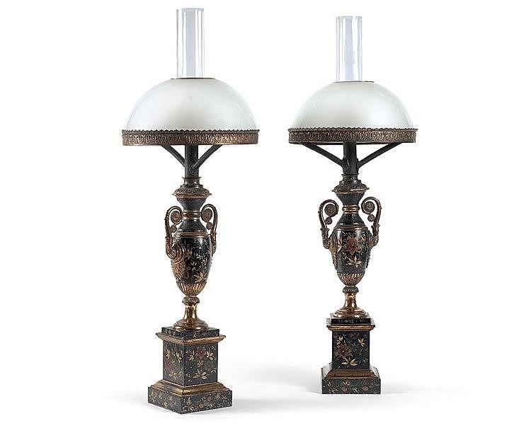 Paire de lampes Carcel en tôle laquée noir à décor de motifs flor