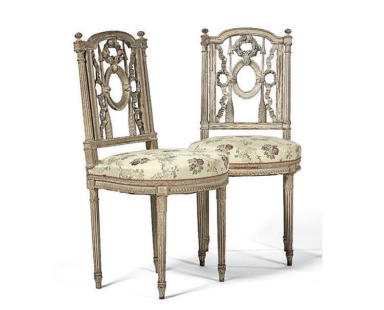 Paire de chaises en bois anciennement laqué blanc. Dossier à colo