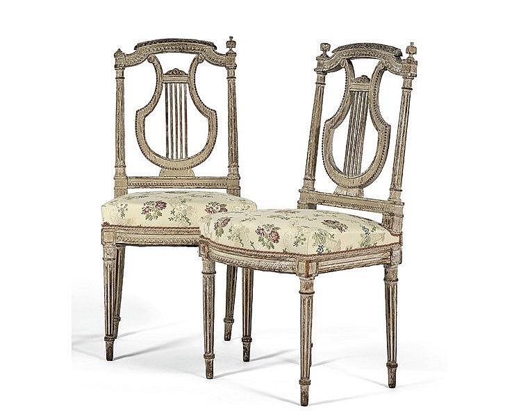 Paire de chaises en bois anciennement laqué blanc, le dossier lyr