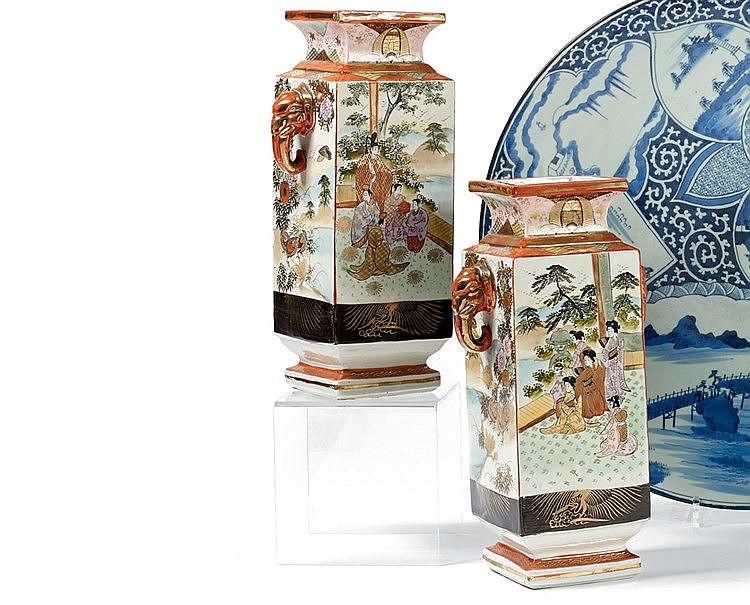 EXTREME-ORIENT. Paire de grands vases en porcelaine à décor de sc