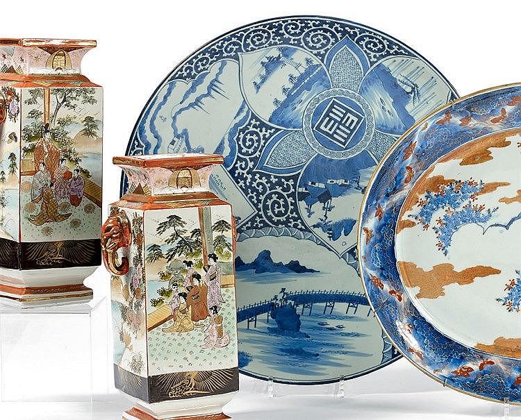 CHINE. Plat en porcelaine camaïeu bleu à décor d'éventail et nuag