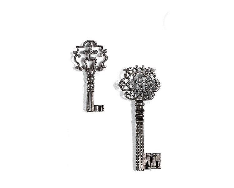 Petite clef de coffret en fer forgé et sculpté. Anneau à fleuron