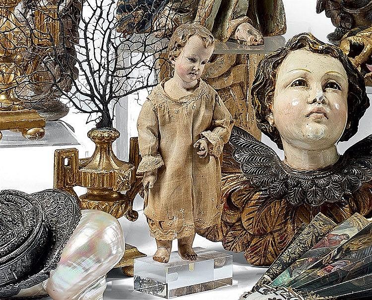 Petit santon représentant un jeune garçon, en bois stuqué, yeux e