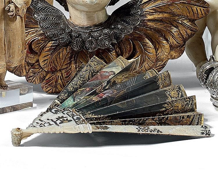 Eventail en papier peint à décor polychrome d'une scène galante e