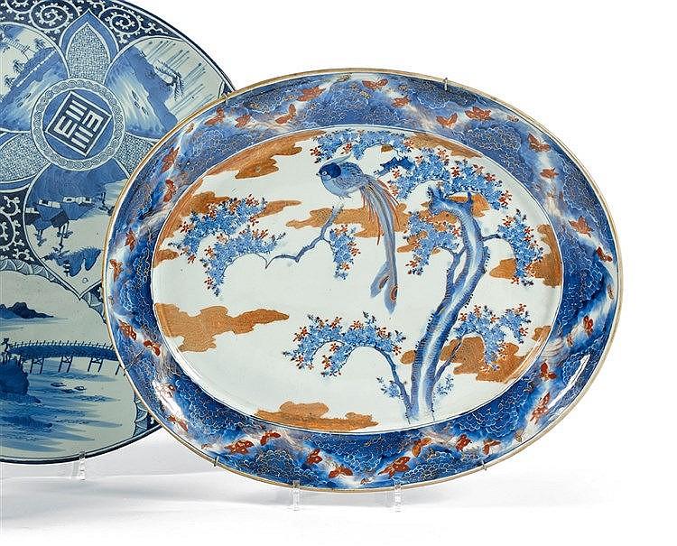 JAPON. Plat en porcelaine à décor Imari de volatile sur fond de m
