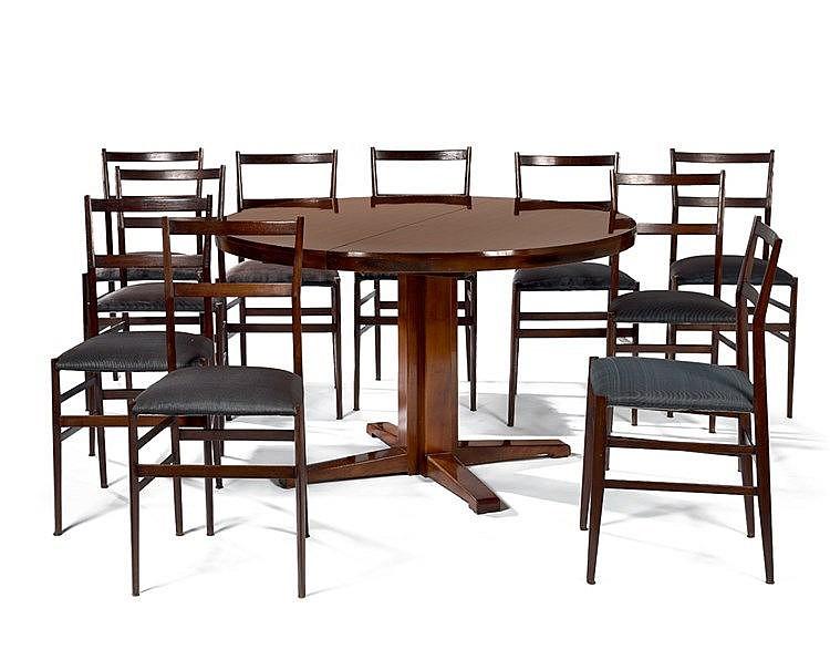 Mobilier de salle à manger. Il se compose de dix chaises et d'une