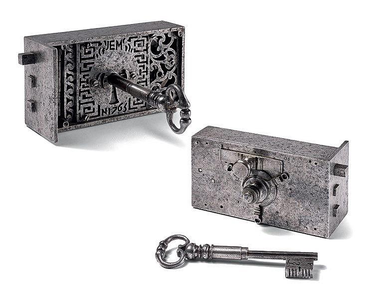 Serrure de maîtrise et sa clef en fer forgé. Modèle pour porte. R