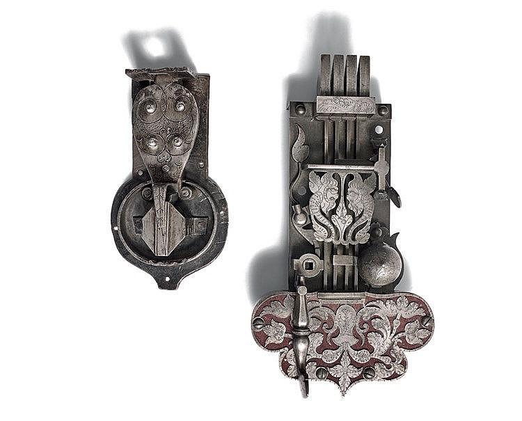 Serrure de coffre en fer forgé, sculpté et découpé. Moraillon en