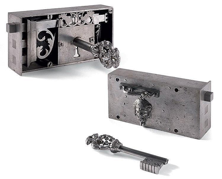 Serrure de maîtrise et sa clef en fer forgé sculpté et fer fondu.