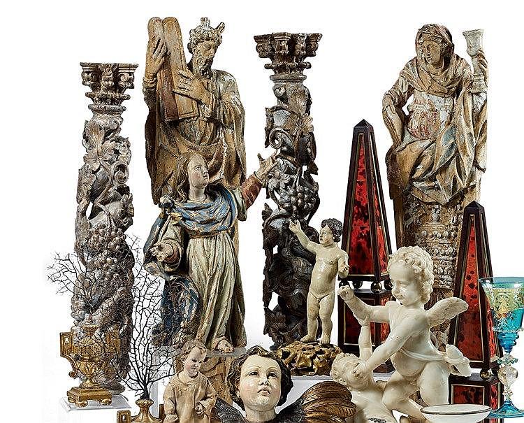 Deux colonnes de retable d'autel en bois laqué blanc et or, de fo