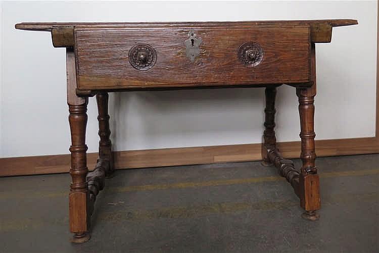 Table et un tabouret style haute poque en partie ancien - Table haute tabouret ...