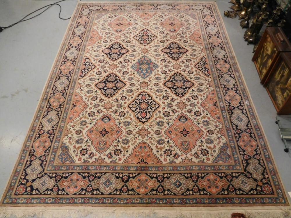 Tapis Iranien Decor Polychrome De Medaillon Central Sur Fond