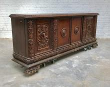 GRAND DRESSOIR Noyer sculpté, placage de ronce de noyer. Style Renaissance