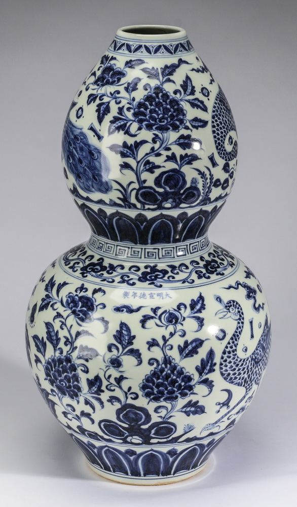Chinese vase, 'Eight Precious Things' motif