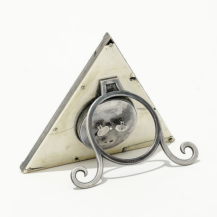 Faberg pendulette de table triangulaire le cadran rond ce for Table triangulaire