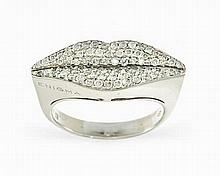 Enigma by Gianni Bulgari, Lips, bague à motif de lèvres pavées de diamants