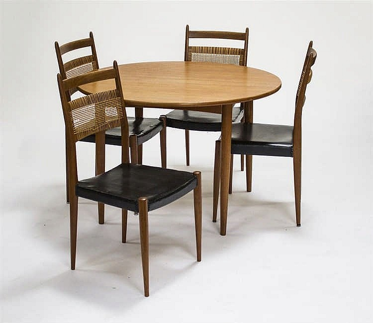 Table de salle manger et quatre chaises for Chaise de table a manger
