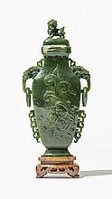 Grand vase couvert à anses   Jaspe sculpté à décor d'un dragon gravé, b