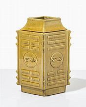 Grand vase  Porcelaine monochrome couleur ocre, forme losange, décor de