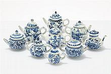 Ensemble de six théières  Porcelaine émaillée bleu et blanc, Chine, épo