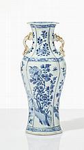 Vase  Porcelaine émaillée bleu-blanc, forme lobée à deux anses, décor f