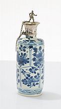 Petite bouteille  Porcelaine émaillée bleu blanc à décor de fleurs, mon