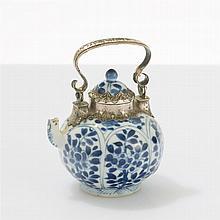 Théière   Porcelaine émaillée bleu et blanc, monture en argent, marque