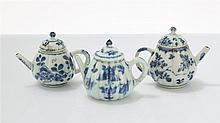 Trois petites théières  Porcelaine émaillée bleu blanc, Chine, dynastie