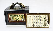 Jeu de Mah-Jong, dans un coffret en bois sculpté doré et peint, début XXe s