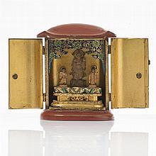 Petit autel de voyage  Laque rouge et or contenant une divinité et ses