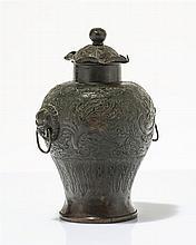 Vase couvert à décor de phoenix et dragons  Bronze, Chine, marque et ép