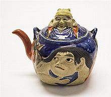 Théière à décor de personnages en léger relief  Porcelaine émaillée pol