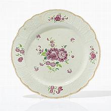 Grand plat famille rose  Porcelaine à décor émaillé de fleurs, Chine, C