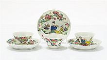 Trois petites tasses et sous-tasses  Porcelaine émaillée famille rose à