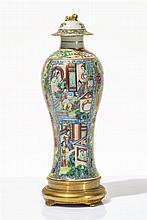 Vase balustre couvert  Porcelaine polychrome à décor de scènes d'intéri
