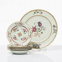 Grand plat et cinq petites assiettes creuses  Porcelaine famille rose,