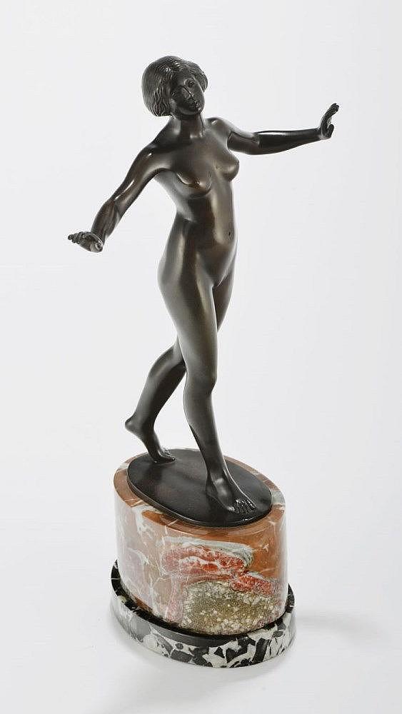 Eugen Wagner (1871-1942), Danseuse nue, bronze à patine foncée signé, socle en marbre, H 33 cm