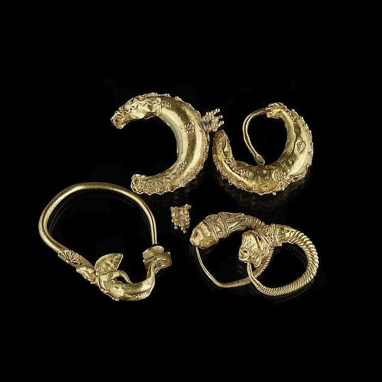 Deux paires de boucles d'oreilles et une boucle d'oreille, époque hellénistique, III-IIe s av. JC