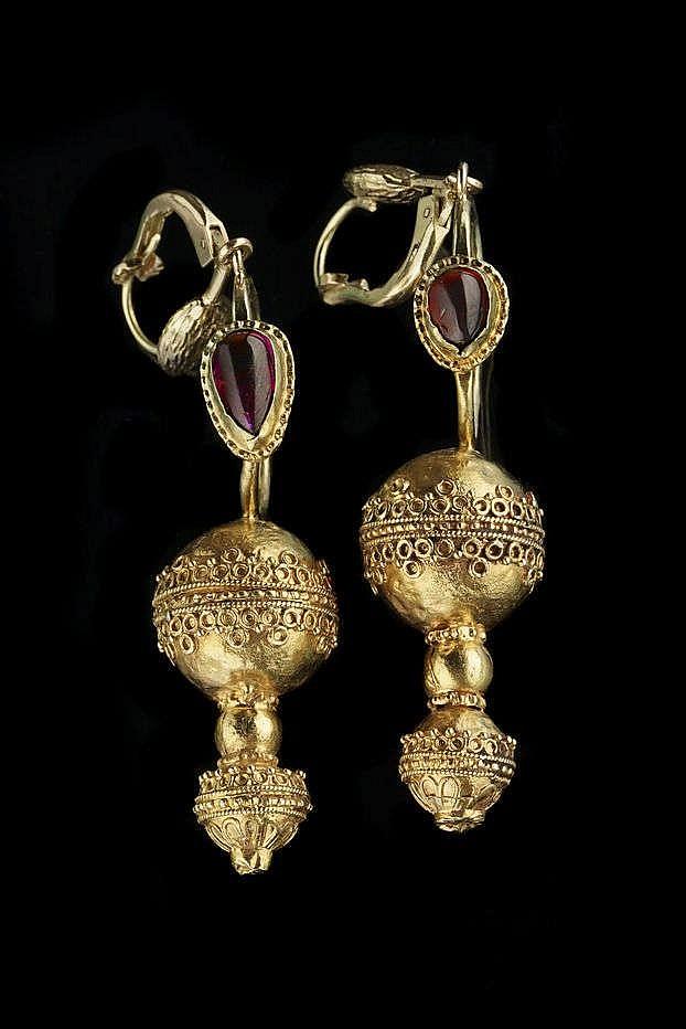 Paire de boucles d'oreilles en partie d'époque hellénistique, III-IIe s av. JC