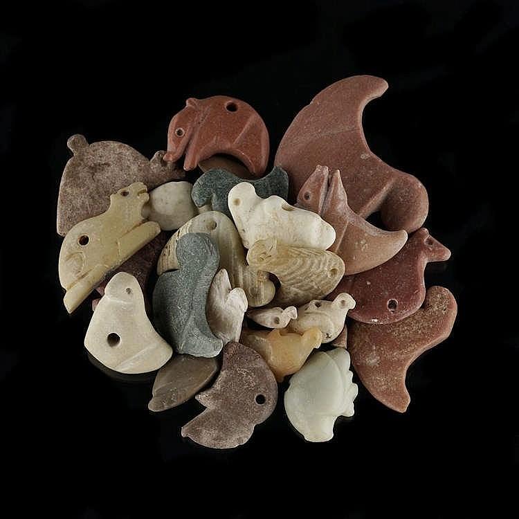 Environ 20 amulettes figurant des oiseaux, marbre, coquillage, calcite, calcédoine et pierres diverses, Djemdet Nasr, 3000-2900 av. JC