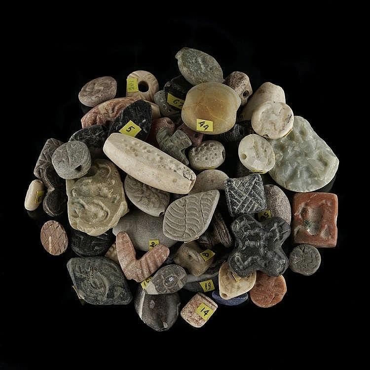 Important ensemble d'amulettes et sceaux-cachets à motifs stylisés, pour la plupart, Mésopotamie, pierres diverses, IVe-Ier millénaire av. JC