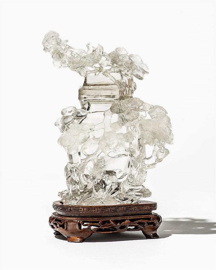 grand vase couvert d cor de pin et de petits animaux en re. Black Bedroom Furniture Sets. Home Design Ideas