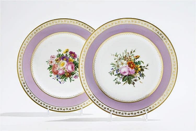 Paire d'assiettes d'époque Louis-Philippe, à décor de bouquet de fleurs et marli mauve bordé de feuilles de vigne,