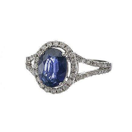 Bague sertie d'un saphir ovale (env. 1.5 ct) entouré et épaulé de diamants