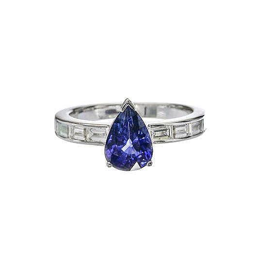 Bague sertie d'un saphir taille poire (env. 2 ct) sur un anneau semi-pavé de diamants taille baguette (env. 0.8 ct)