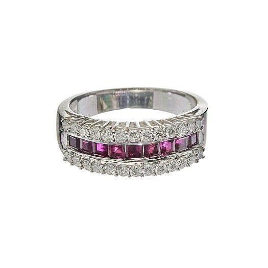 Bague sertie d'une ligne de rubis taille princesse entourée de deux lignes de diamants