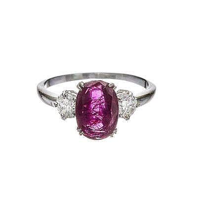 Bague sertie d'un rubis birman taille ovale non traité (2.59 ct) épaulé de diamants, accompagné de son certificat Carat Gem Lab