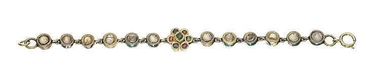 Bracelet émaillé serti de saphirs blancs et de cristal de roche sur paillon et centré d'un motif de fleur serti de saphirs, rubis et d'une émeraude