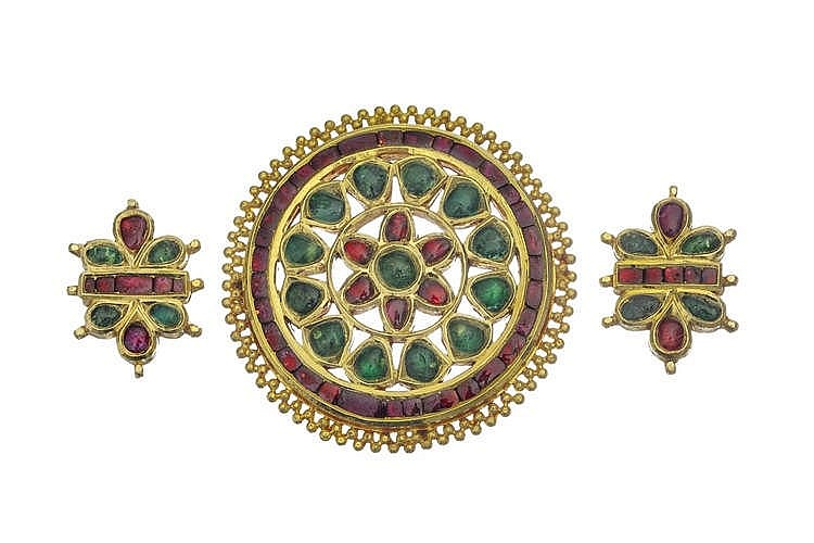 Pendentif rond serti d'émeraudes et de rubis en cabochon formant un motif de fleur