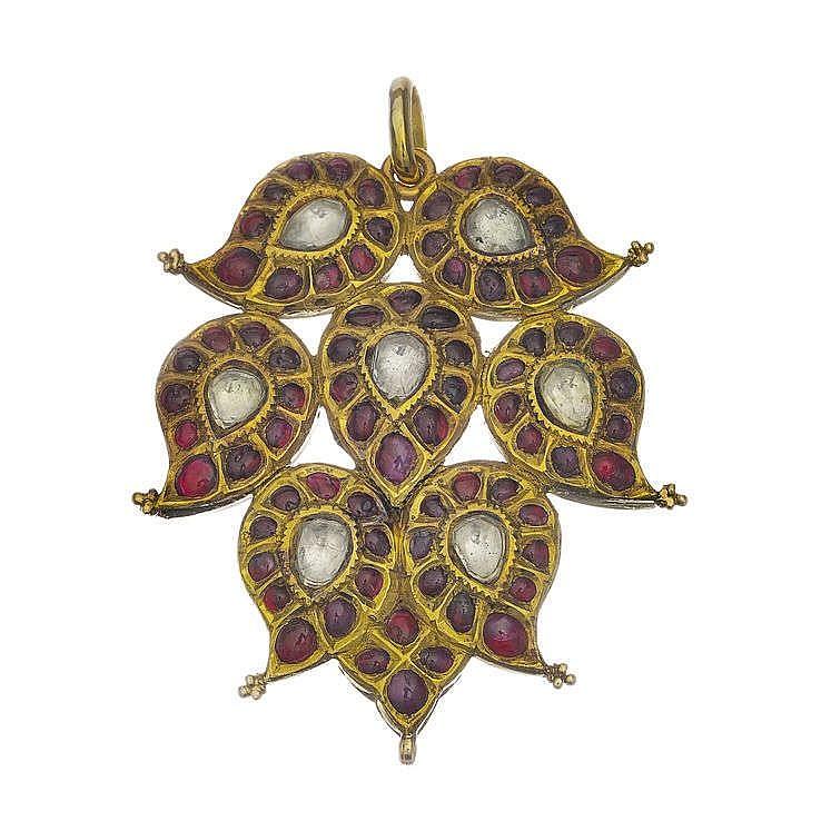 Pendentif serti de saphirs blancs sur paillon entouré de rubis en cabochon